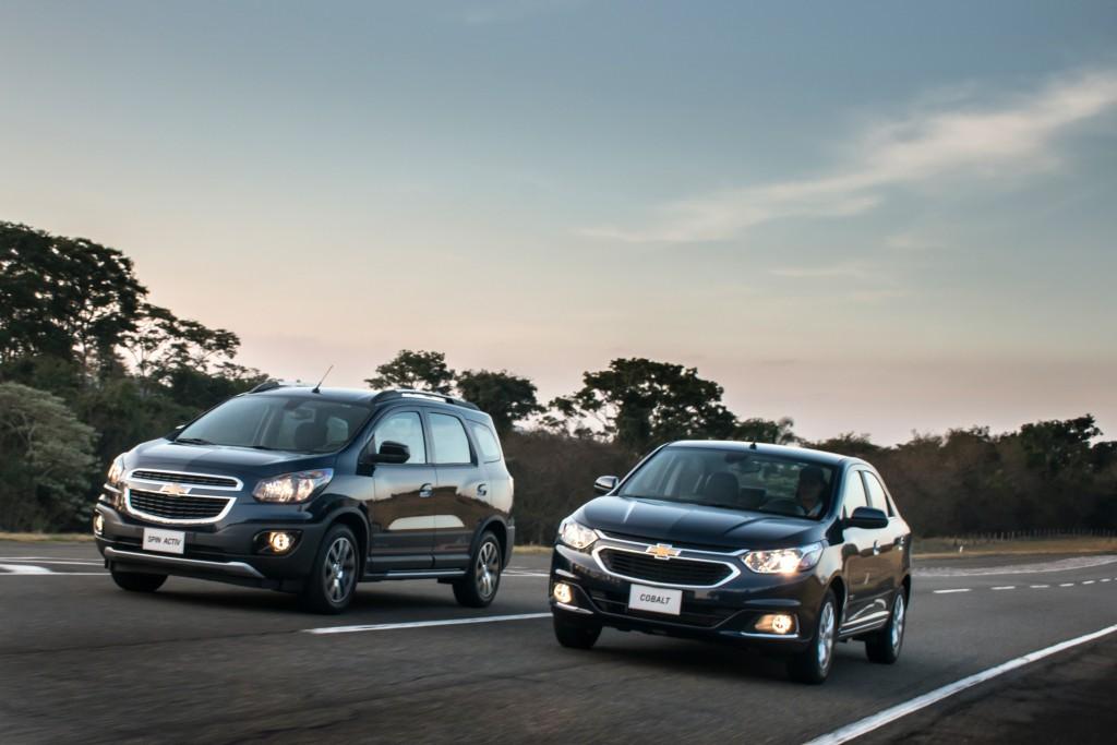São três versões, todas com motor 1.8 de 106 cv com gasolina a 111 cv com  etanol (antes era 106  108 cv)  LTZ manual, LTZ automático e Elite  automático. 43d97013bd