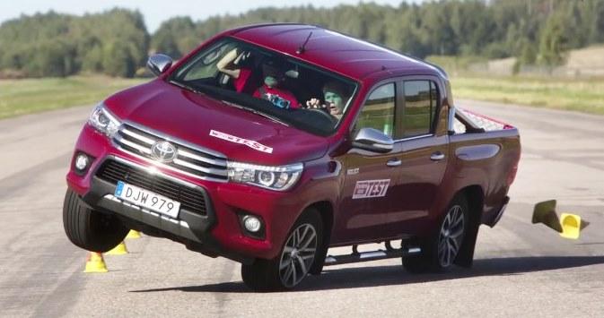 """Toyota Hilux é a mais nova vítima do """"Teste do Alce"""""""