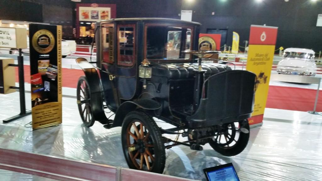 Um dos carros mais antigos expostos, é esta carruagemo Krieger de 1897 é um francês elétrico, com dois motores de 8 cv cada.